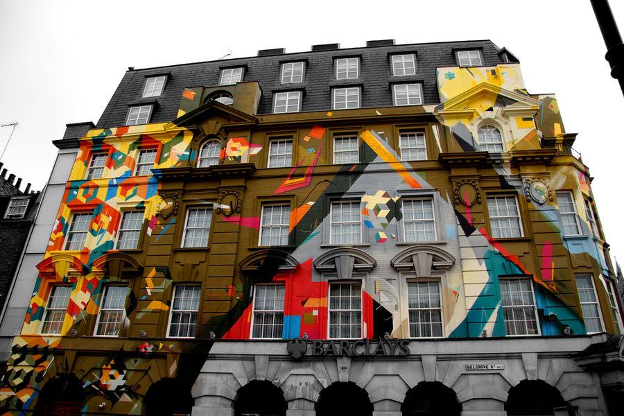 Intervention sur les façades de l'Hôtel Megaro et du restaurant Karpo situés en face de la gare Saint Pancras , Londres, Angleterre - photographie de Ian Co