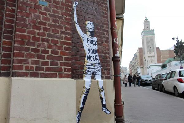 GRANDE MOSQUEE DE PARIS [ 3 avril 2013 ] Trois féministes du mouvement des Femen ont brûlé le drapeau salafiste devant la Grande Mosquée de Paris pour exprimer leur solidarité avec une militante tunisienne et dénoncer les atteintes aux droits des femmes dans les pays arabo-musulmans. (portrait collé le 10 février 2017 © Charlotte Ricco)
