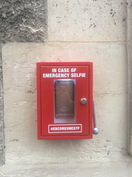 Emergency selfie box © photo Wener