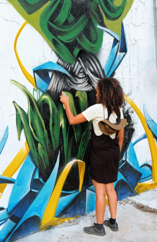 Une image contenant personne, extérieur, graffiti, tenant  Description générée automatiquement