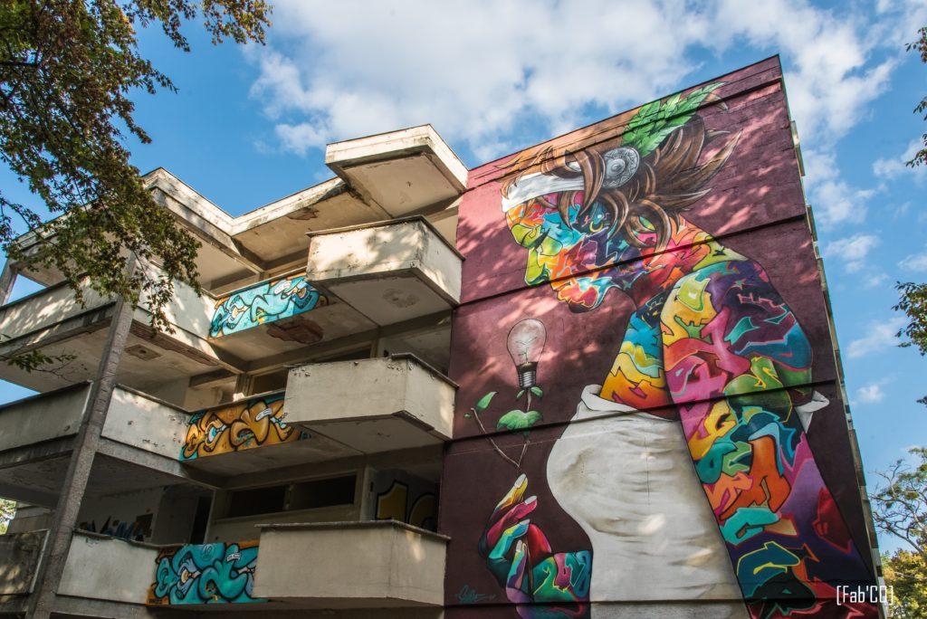 Une image contenant extérieur, bâtiment, très coloré, homme  Description générée automatiquement